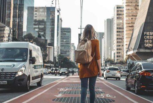 Femme de dos dans la ville
